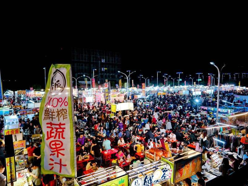 台中市總站夜市去年國慶日連假開幕,短短3天就遭勒令停業,圖為開幕時人潮盛況。圖/翻攝自臉書「捷運總站夜市」