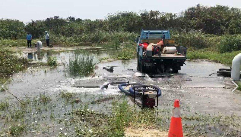 自來水公司的聯通管線排氣閥漏水,水公司人員進場止漏。記者徐白櫻/翻攝