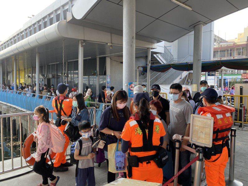 離島小琉球昨天也超過萬人登島,且一早就出現乘船人潮。圖/泰富航運提供