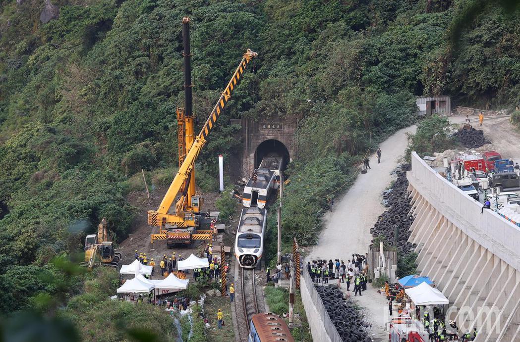 台鐵408次太魯閣號昨天在花蓮清水隧道發生重大事故,造成多人傷亡,工程人員今天清...