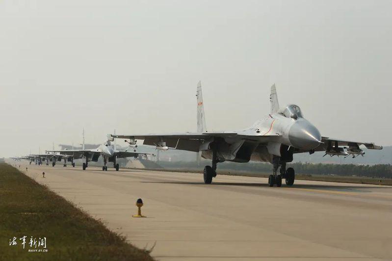 中國海軍網披露海軍首款艦載機殲-15進行「大象漫步」的編隊作戰訓練。圖源:澎湃新聞