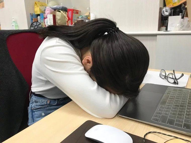 最新一份調查指出,台北市高達84.5%的國高中生周間平均睡不到8小時,只睡七小時...