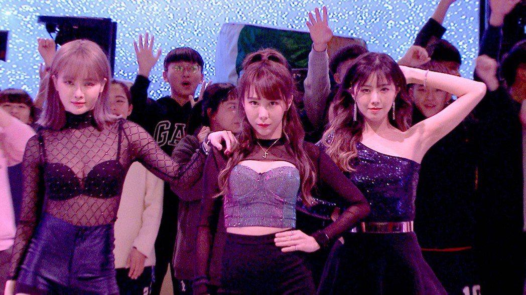 舒子晨(左起)、梓梓、曾甜性感尬舞。圖/民視提供