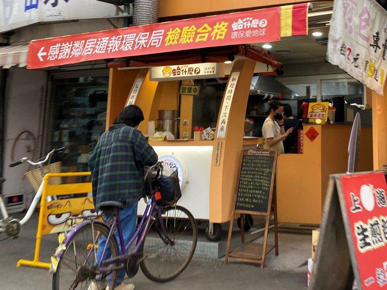 雲林縣有餐飲業者頻遭檢舉,只好掛上紅布條反制。記者陳雅玲/攝影
