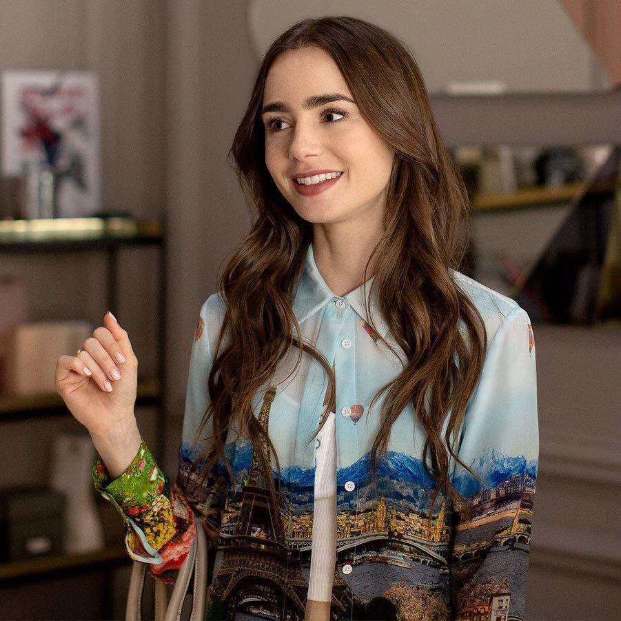 莉莉柯林斯一改在「艾蜜莉在巴黎」的甜美模樣,在「駭人來電」演出神秘的不倫戀女子。