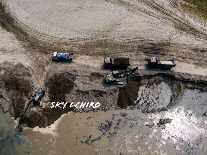 攝影師鈴木二郎空拍捕捉大貨車進入曾文水庫清淤畫面,直呼太震撼。圖/鈴木二郎提供