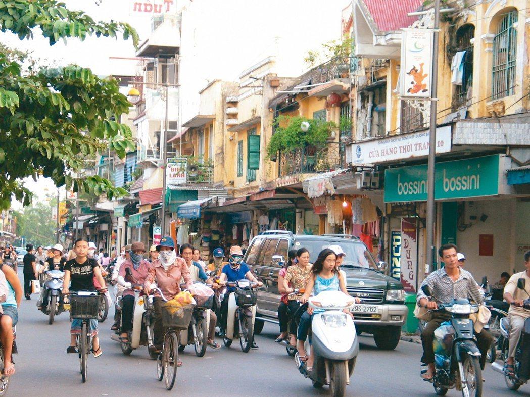 腳踏車和機車是河內市民主要的交通工具,和其他大城市一樣,上下班時間很塞車。(網路...