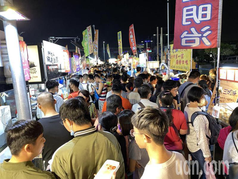 台中捷運總站夜市今天重新營業,愈晚愈熱鬧。記者趙容萱/攝影
