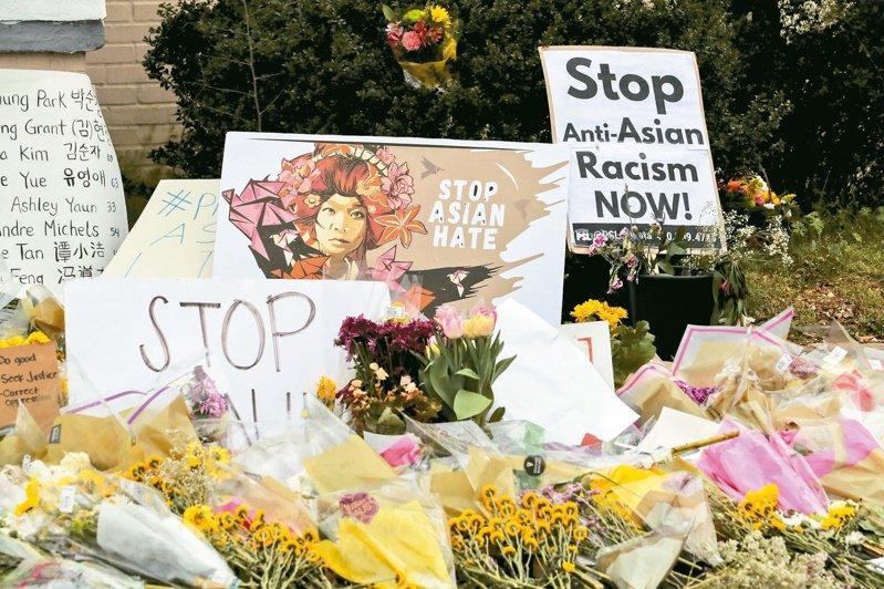 美國亞特蘭大市上月發生白人男子至三家按摩院開槍濫射案,死者包括數名亞裔女子,事後店前滿布哀悼死者及反仇亞標語。(美聯社)