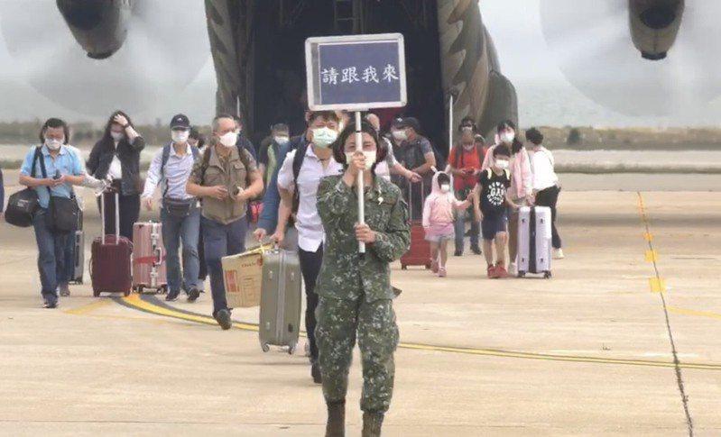國防部昨加派C-130軍機協助台金疏運,讓候補多日的民眾都能順利返回金門。記者蔡家蓁/攝影