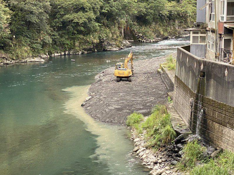 新北市府進行河床整頓,拆除民眾搭建的露天溫泉池。圖/新北市高灘地管理處提供