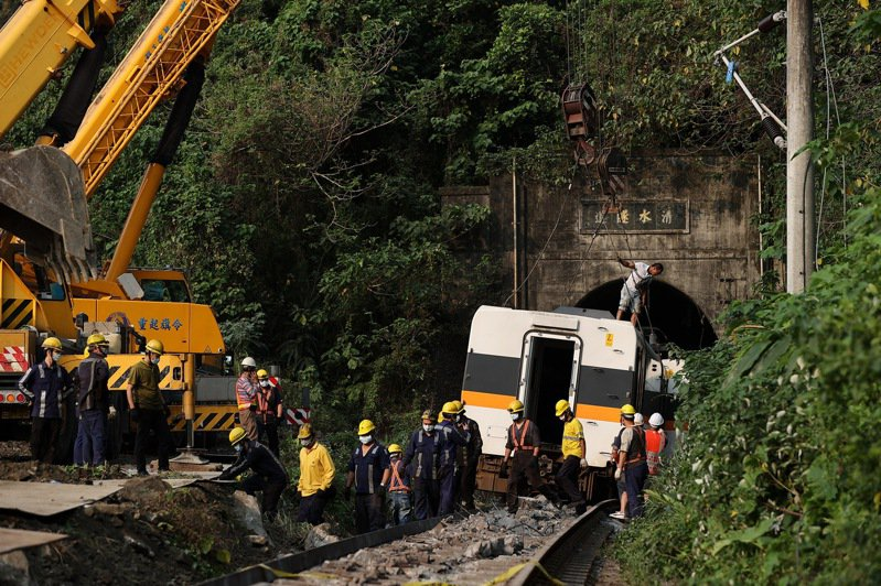 太魯閣號事故釀重大傷亡,工程人員出動大型吊掛機具,要將卡在隧道內的車廂拖出。記者余承翰/攝影