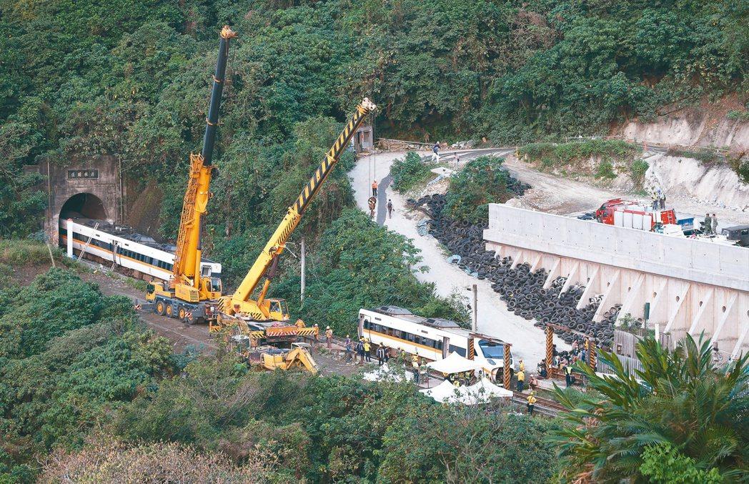 台鐵太魯閣號在花蓮清水隧道發生重大事故,工程人員昨天出動大型吊掛機具清理現場。記...