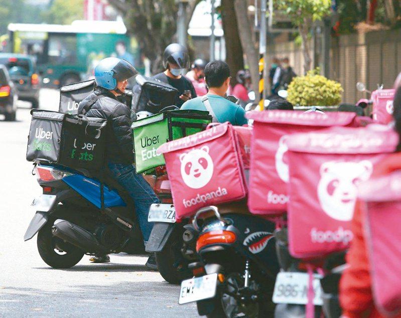 預防過勞,台北市勞動局打算限制外送員每日工作時數;但有外送員說,為了賺錢,這項新規定恐徒勞無功。本報資料照片