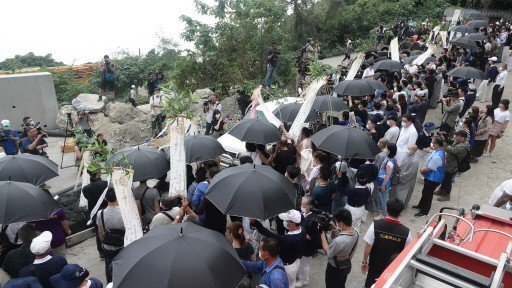 台鐵太魯閣號發生重大意外,造成51死,家屬昨赴事故現場招魂。記者潘俊宏/攝影