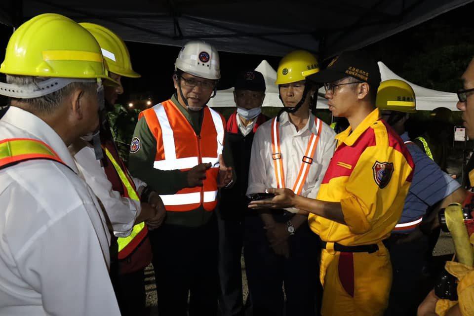 交通部長林佳龍(中)從太魯閣號撞車事故發生後就一直待在花蓮。圖/取自林佳龍臉書