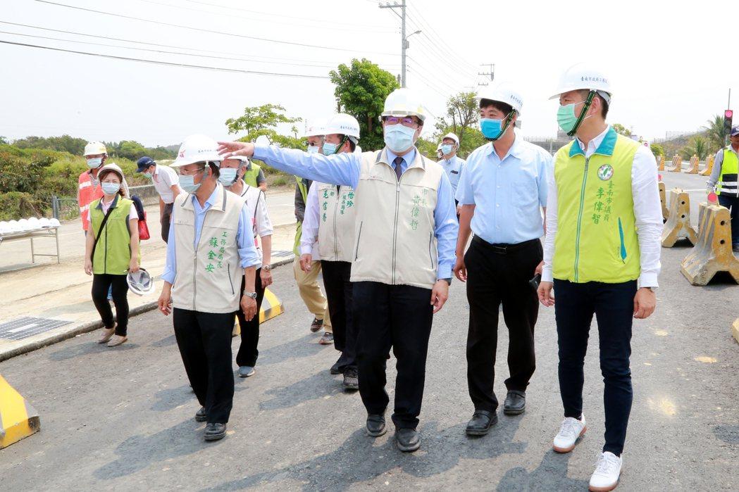 台南市長黃偉哲(右三)等人日前視察工程拓寬,要求如期如質完工。圖/台南市政府提供