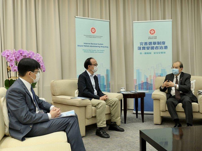 香港政務司長張建宗(右一)在網誌說,完善選舉制度後,香港有望擺脫政治爭執的羈絆。(香港政務司司長網誌)