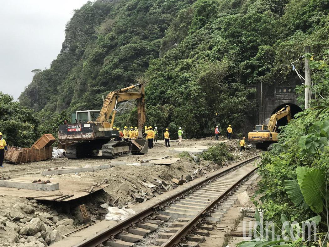 太魯閣號事故第三天,台鐵機具在清水隧道搶修。記者王燕華/攝影