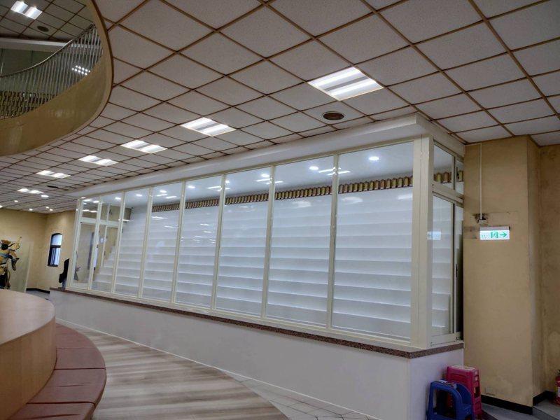 新竹市府將大坪頂納骨塔華嚴堂內傳統照明燈具全面汰換成節能LED燈。圖/新竹市政府提供