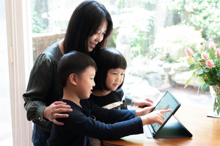 連假期間,透過科技工具與孩子共度歡樂的居家親子時光。圖/蘋果提供