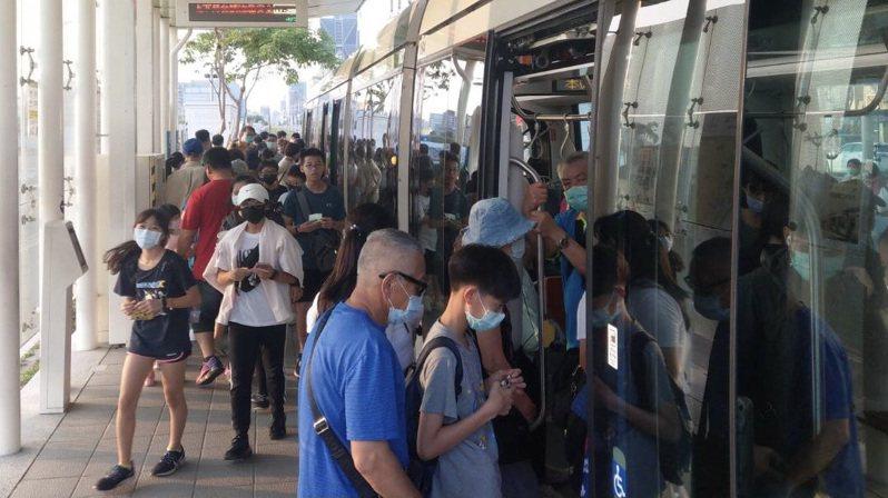 清明連假第3天,高雄捷運公司表示,連假前2天的4月2、3日,輕軌平均日運量突破2萬大關。圖/高雄捷運公司提供