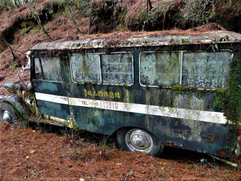 南投縣信義鄉郡大林道59.5K處停放一輛廢棄公車,近期爆紅。圖/讀者提供