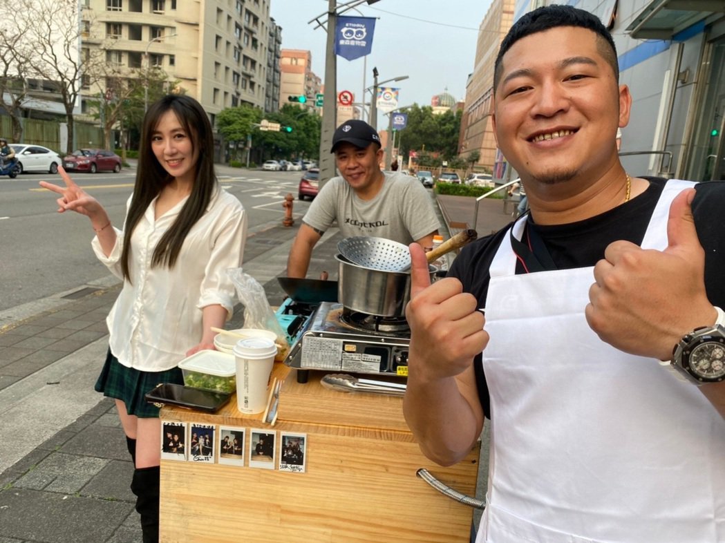 草爺、超艾夾揪蔡允潔上街賣麵。圖/紅心字會提供