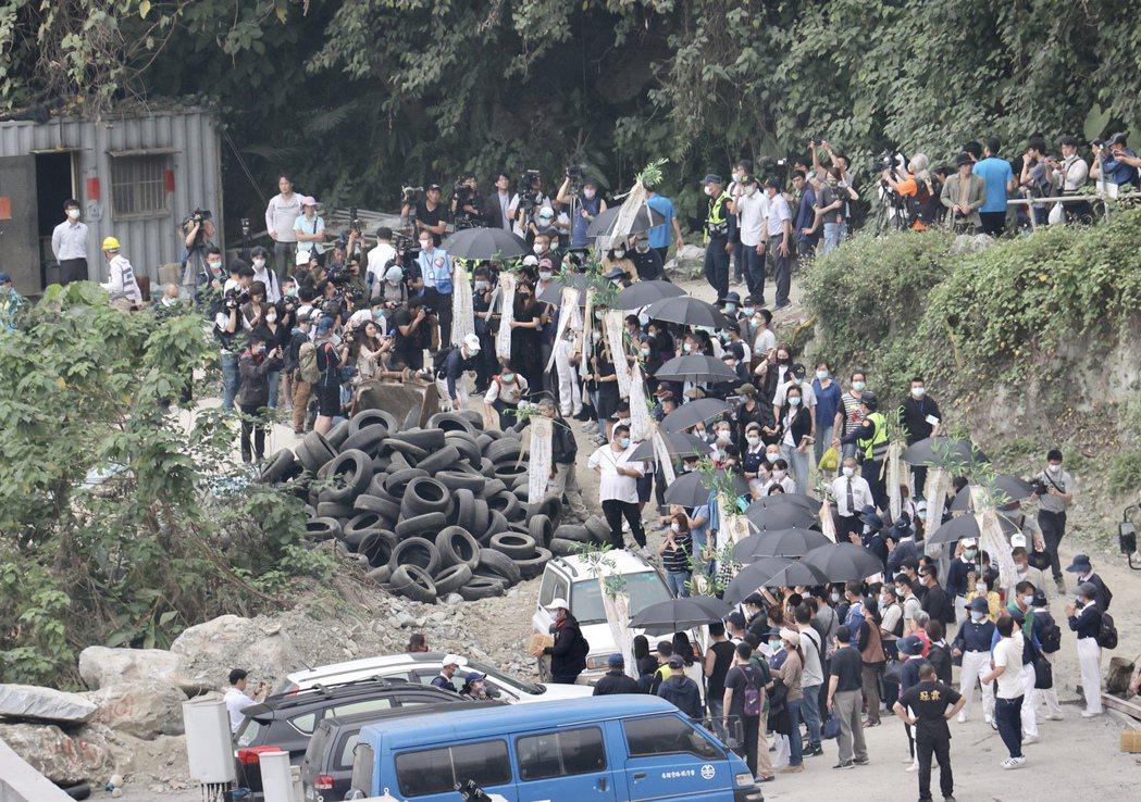 花蓮太魯閣號撞車事故,圖為家屬在事發現場進行招魂儀式。記者許正宏/攝影