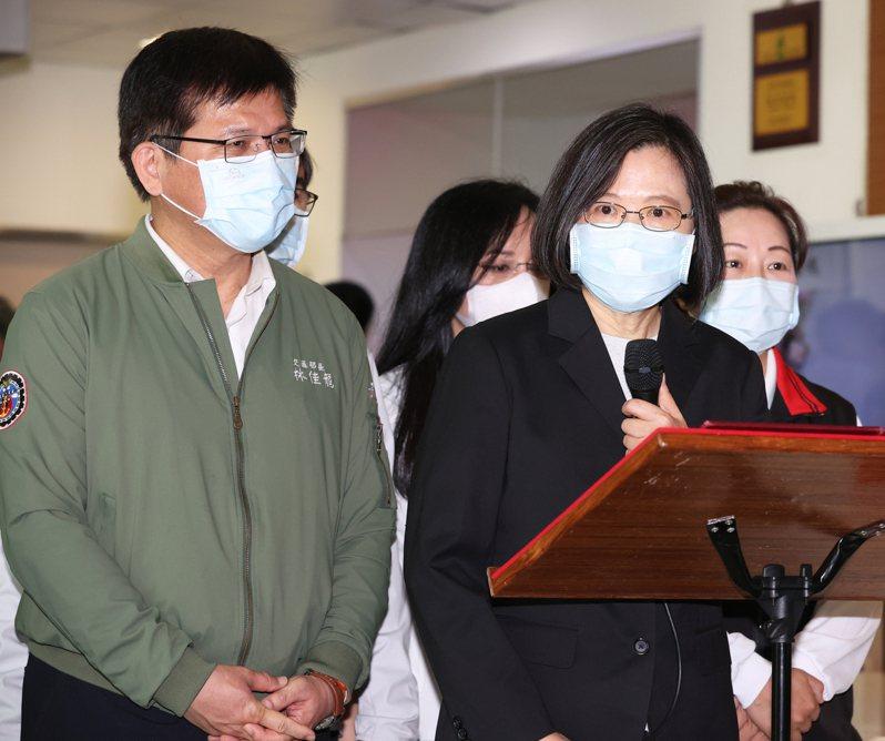 太魯閣出軌意外,總統蔡英文(右)在交通部長林佳龍(左)與花蓮縣長徐榛蔚等人陪同下到醫院探視傷患。記者潘俊宏/攝影