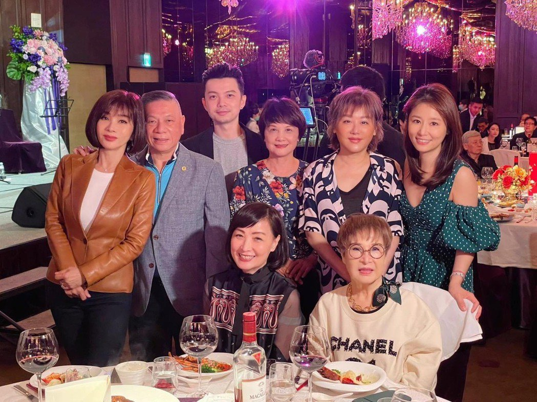 林心如(右起)媽媽70歲壽宴,藍心湄、陳美鳳、寶媽等出席祝賀。圖/摘自臉書