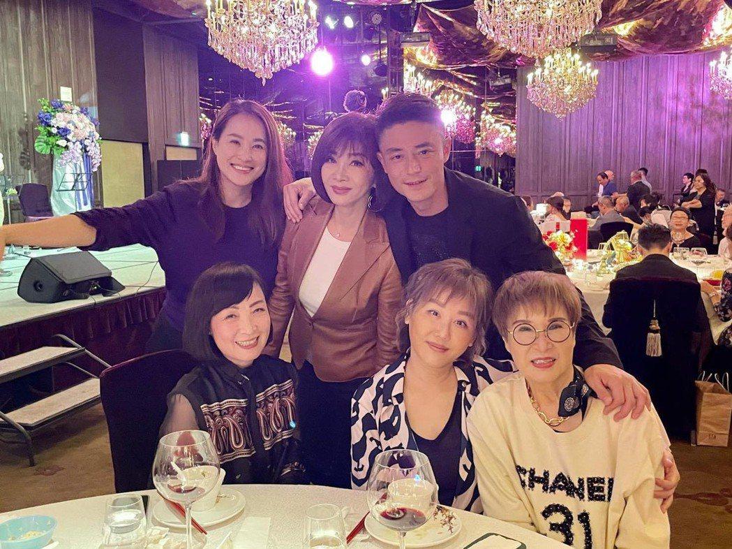 霍建華(後排右起)的丈母娘過生日,開心招呼陳美鳳、寶媽、藍心湄等友人。圖/摘自臉...