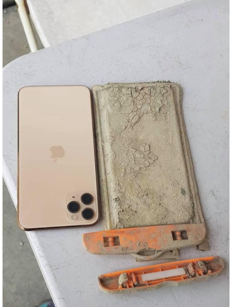 陳姓網友意外撿回掉入潭底1年的iPhone手機,超驚喜的「失而復得」經驗讓他開心po文分享。圖/翻攝自臉書社團「爆廢1公社」