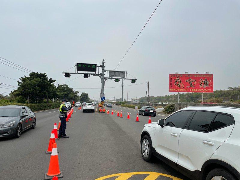 北返車潮湧現,屏東警方在台一線445.5公里(嘉和路口)實施北返調撥車道,請用路人多加注意。圖/警方提供