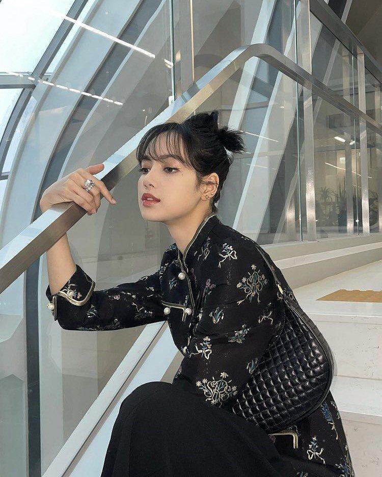 BLACKPINK成員Lisa配戴寶格麗珠寶。圖/取自IG @lalalalis...