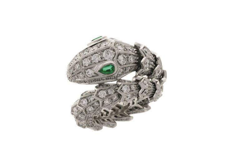 BVLGARI Serpenti系列祖母綠與鑽石戒指,約134萬2,000元。圖...