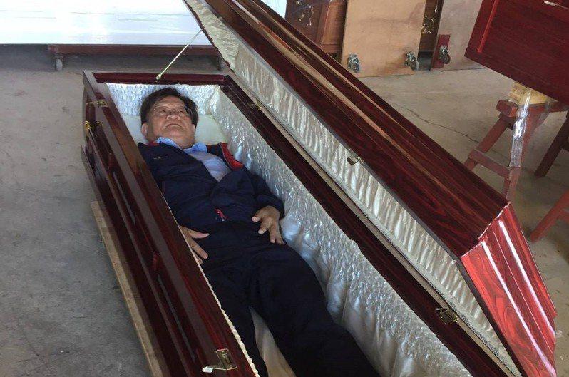 郭志祥在挑選棺木送給弱勢亡者時,他會到棺木工廠試躺所有棺材。圖/郭志祥提供