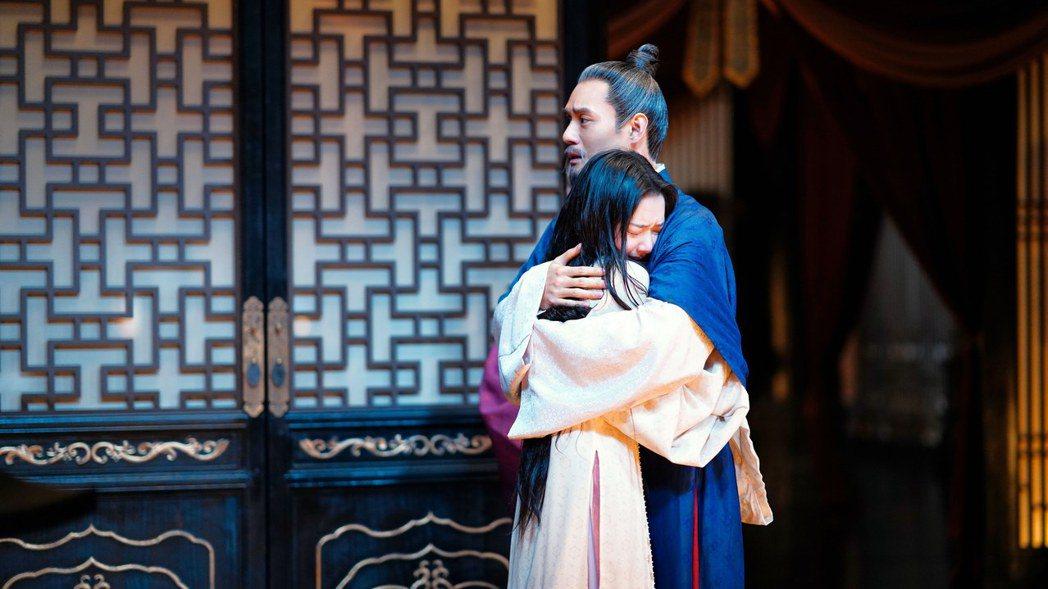 王凱(右)在「孤城閉」中從年輕演到老,對飾演女兒的任敏疼愛有加。圖/中視提供