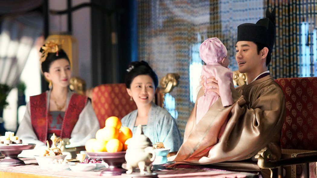 王凱(右)在「孤城閉」中飾演宋仁宗,是人君也是人父。圖/中視提供