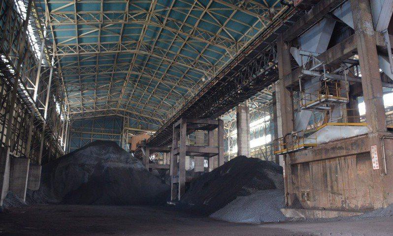中鋼燒結礦自動化封閉式建築完工後內部儲存情形。圖/中鋼提供