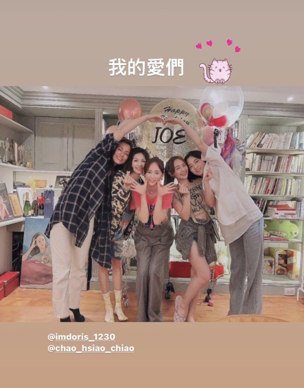 陳喬恩(中)尾巴,七朵花趙小僑(右起)、賴薇如等再同框為她慶生。圖/摘自IG