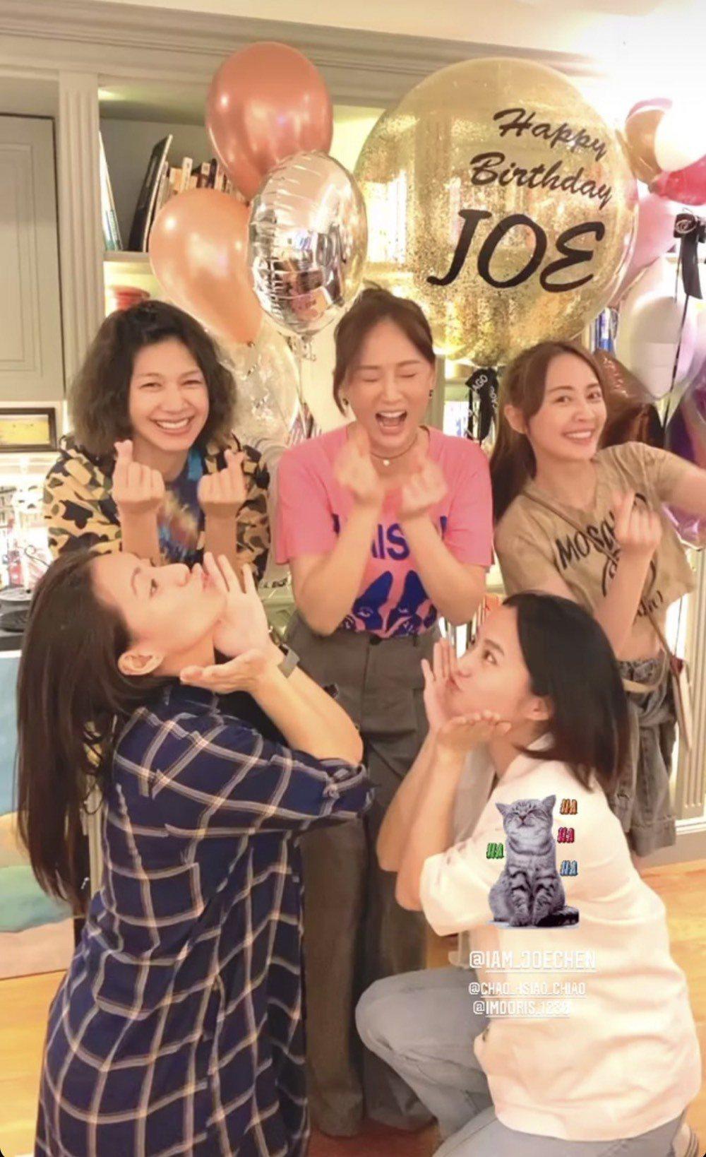 陳喬恩(中)長尾巴,七朵花趙小僑(右起)、賴薇如等再同框為她慶生。圖/摘自IG