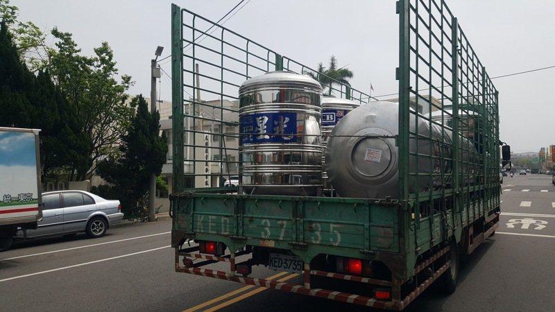 台中、苗栗及北彰化地區自6日起實施「供五停二」的限水措施,民眾、機關努力設法整備水源,圖為載運水塔的車輛。記者胡蓬生/攝影