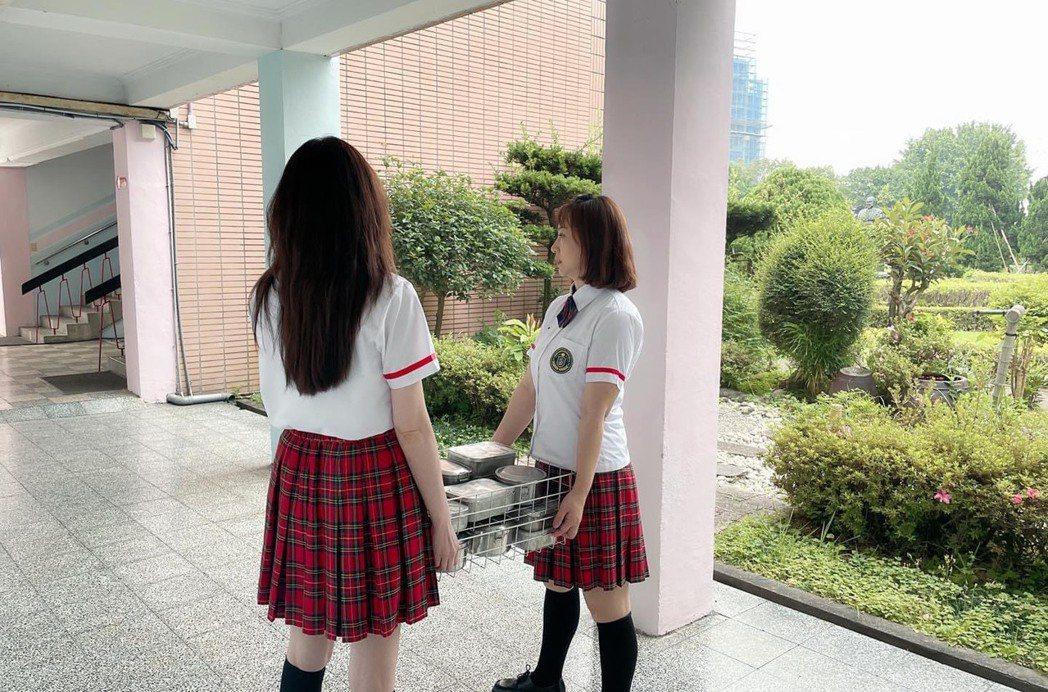 何如芸(左)、郁方穿起高中生制服,抬便當景象,令網友讚嘆。圖/摘自臉書
