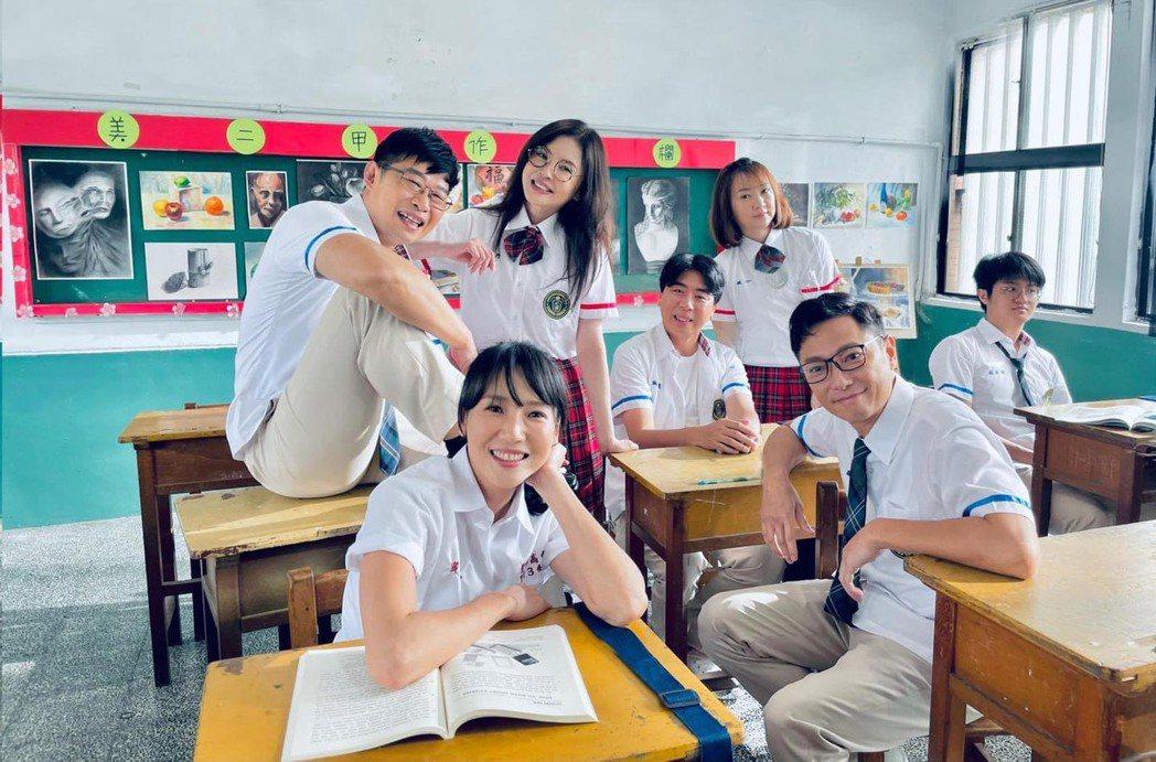 張本渝(左起)、馬力歐、何如芸、梁赫群、郁方、謝祖武演出「婚姻結業式」,回春扮演