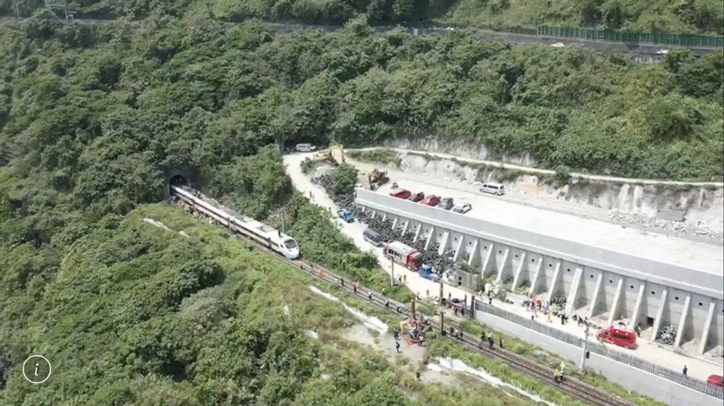 土木技師今天勘查後,直指包商在西正線施作明隧道,卻忽略可能影響東正線的安全,是釀...