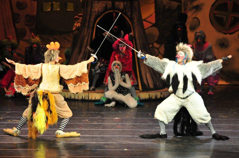 紙風車樂團經典舞台劇「雞城故事」今天晚間七時將在嘉義縣政府前廣場演出。圖/嘉義縣文化基金會提供