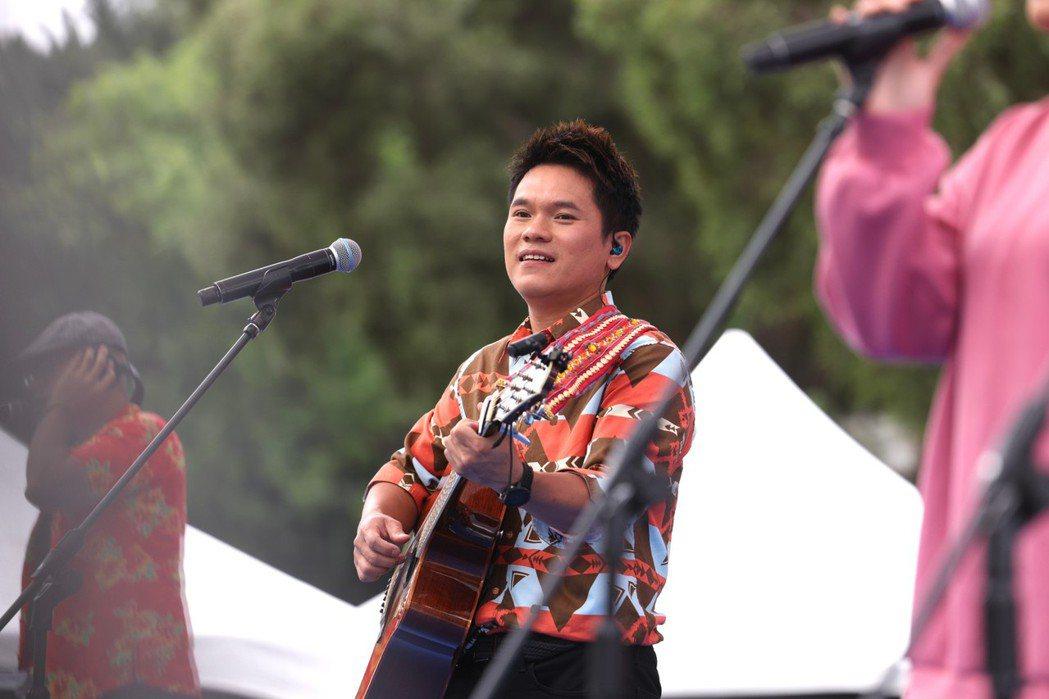 舒米恩在「混(Mix)音樂節」賣力演出。記者王聰賢/攝影