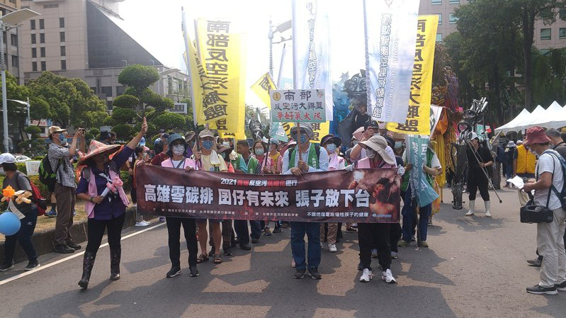 南部反空汙大聯盟等公民團體選在兒童節辦反空汙遊行,數百民眾上街,要求公部門拿出對策。記者蔡孟妤/攝影