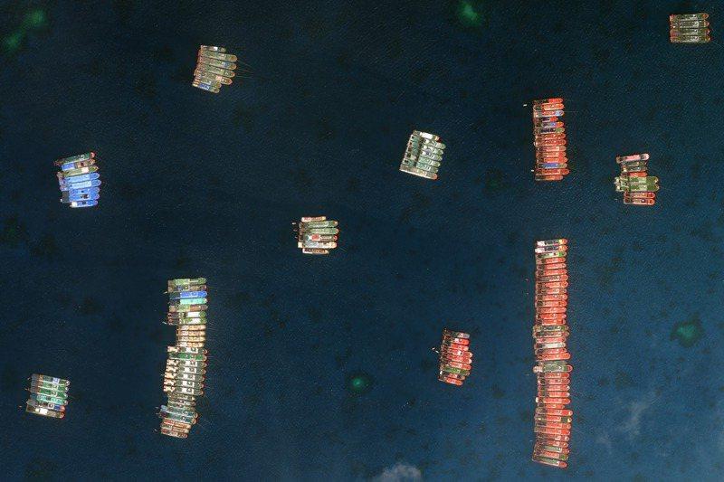 自3月7日以來,有大批中國大陸船隻集結南海牛軛礁附近,圖為衛星影像公司Maxar提供的3月23日衛星影像。美聯社